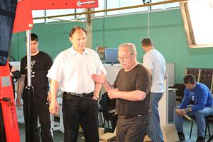 А.А. Половинкин и В.Ю. Боровков обсуждают детали эксперимента