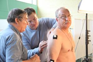 Наклеиваются маркеры для регистрации движений интересующих точек тела