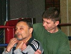 И.В. Зайчиков демонстрирует технику освобождения от захвата за шею с приставленным ножом