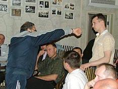 И.В. Зайчиков объясняет С.Н. Соснову особенности его техники выполнения удара рукой