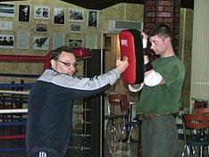 И.В. Зайчиков демонстрирует свою технику удара рукой