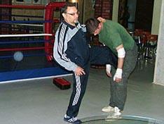 И.В. Зайчиков демонстрирует свою технику удара ногой