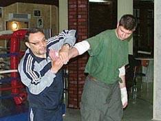 И.В. Зайчиков демонстрирует болевой прием на руку