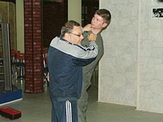 И.В. Зайчиков демонстрирует болевое воздействие на горло противника