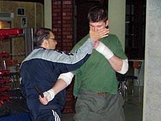 И.В. Зайчиков демонстрирует технику ухода от удара ножом в живот с контрударом открытой ладонью