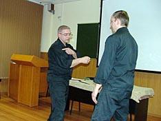 В.В. Федорцов демонстрирует технику удара рукой