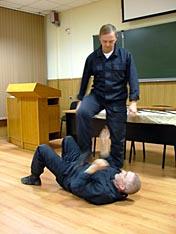 В.В. Федорцов демонстрирует технику ухода от ударов в положении лёжа