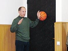 А.И. Скудный демонстрирует упражнение с мячом
