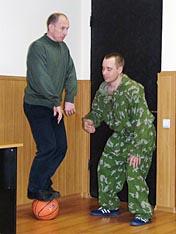 А.И. Скудный демонстрирует упражнение для развития равновесия