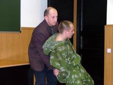 А.И. Скудный демонстрирует один из характерных для его школы волевых приемов